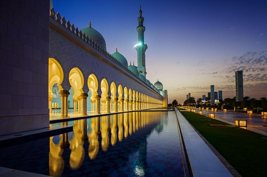 sheikh zayed grand mosque at twilight